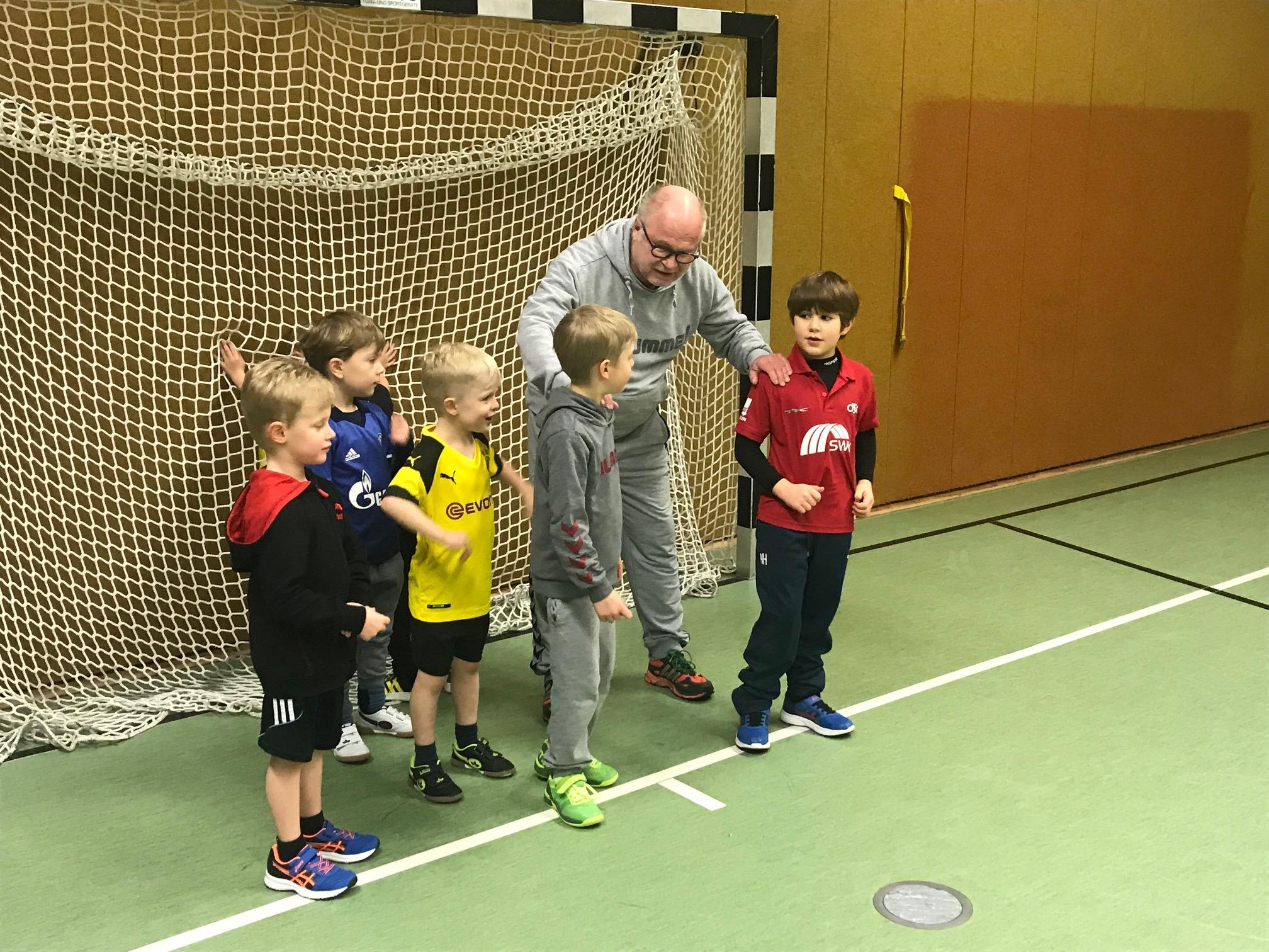Rolf Schlierkamp trainiert die Minilöwen.